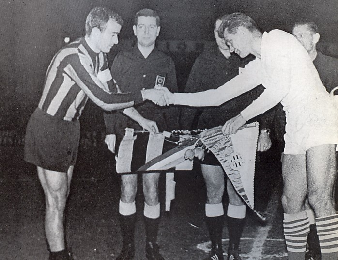 Corso és Mátrai zászlót cserél a meccs előtt