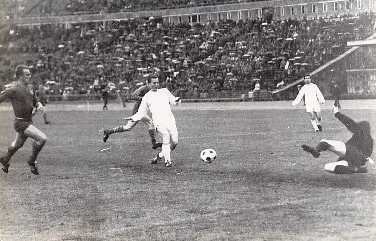 A 4:4-re végződött Vasas elleni mérkőzésen Albert az első Fradi gólt lövi. Balra Mészöly maradt le az akcióról.